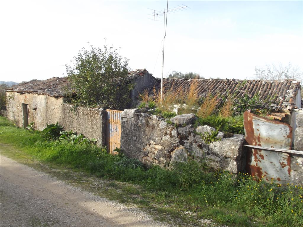 Stone house with outbuildings to renovate near Ansiao