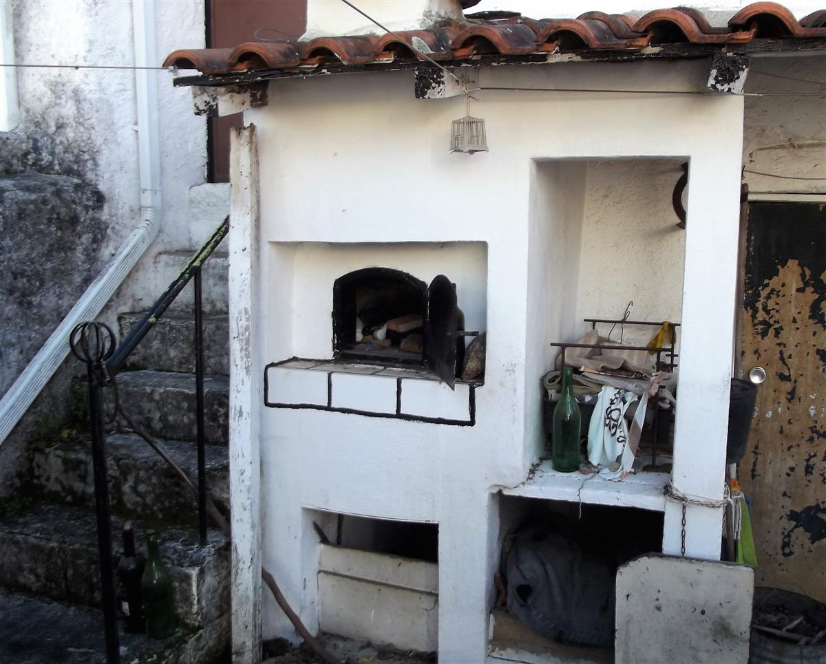 Two bed property located in schist village of Pedrogao Pequeno